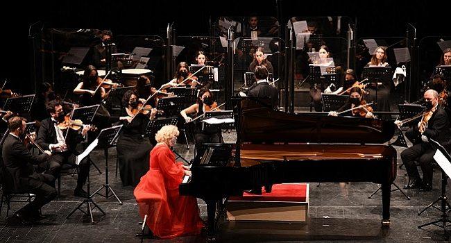Pandemi Orkestrası, Yazıcı ve piyanist Gülsin Onay'la sahne aldı – Müzik